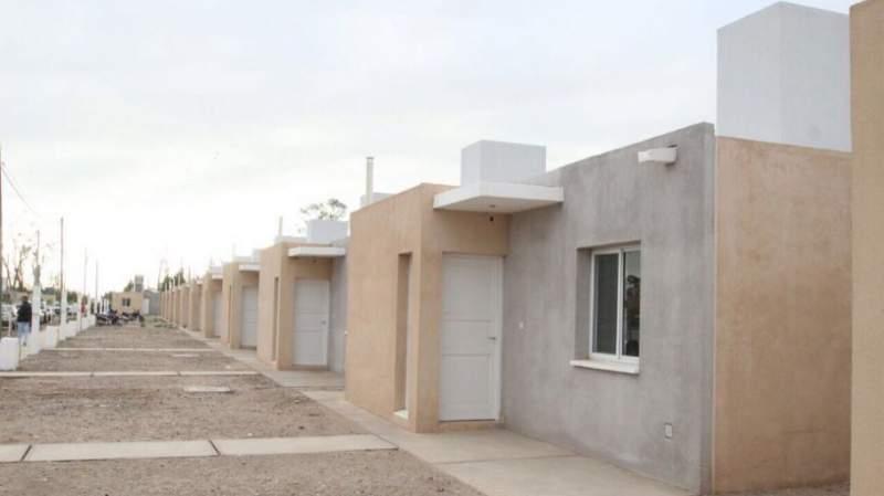 La alegría del techo propio: El IPV entregó 111 viviendas en Rivadavia