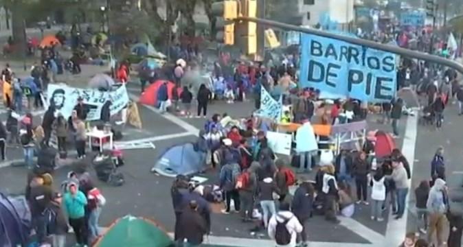 Manifestantes continúan con el acampe en la 9 de Julio y amenazan con 48 horas más