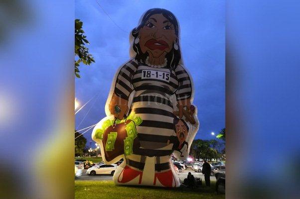 "Instalaron un inflable de Cristina Kirchner ""presa"" frente a la Facultad de Derecho"