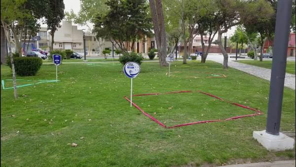 """En la plaza de Santa Lucía delimitan """"burbujas sanitarias"""" con figuras geométricas y carteles"""