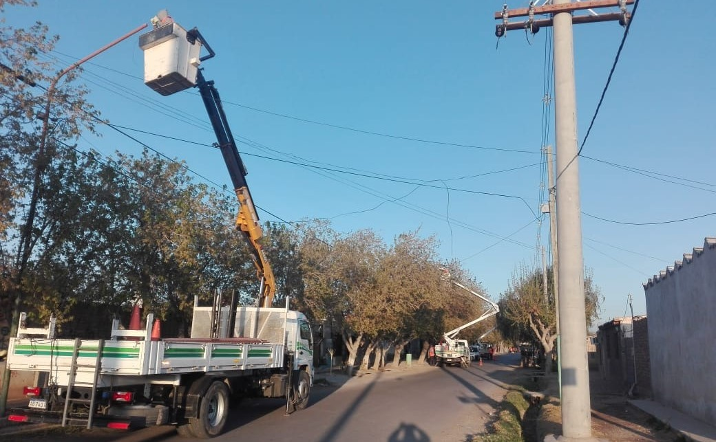 Renuevan luminarias en zonas de Rivadavia