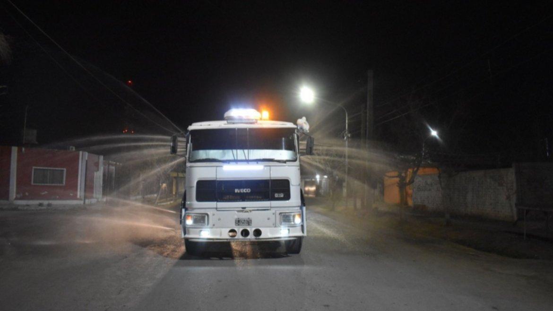 Sarmiento: con camiones cisterna desinfectaron Media Agua