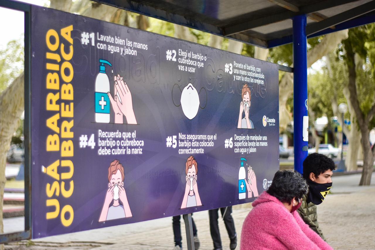 Mensajes con medidas de prevención en paradas de colectivos de Caucete