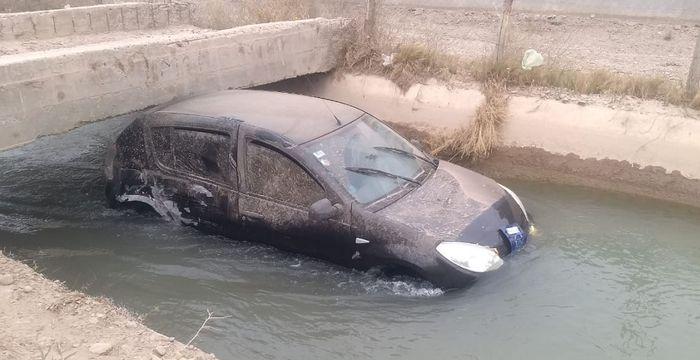 Pocito: un auto terminó en un canal