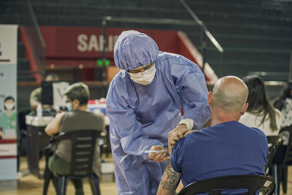 Comienza la vacunación a docentes, policías y personas mayores de 80 años en San Juan