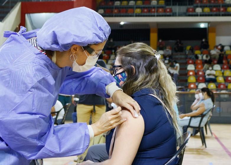 Vacunación contra el coronavirus: piden a docentes y personal de salud que se coloquen la primera dosis