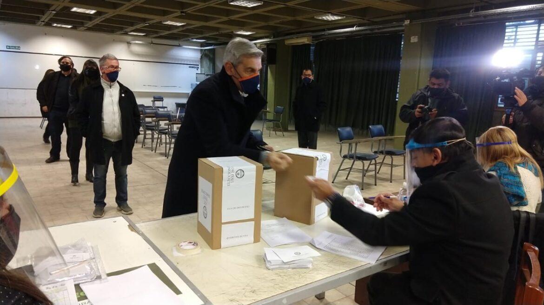 Ya emitió su voto el candidato a Rector, Jorge Cocinero