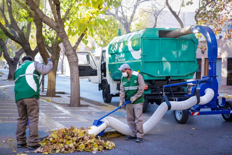 Capital estrenó dos camiones aspiradora para eficientizar la limpieza de hojas