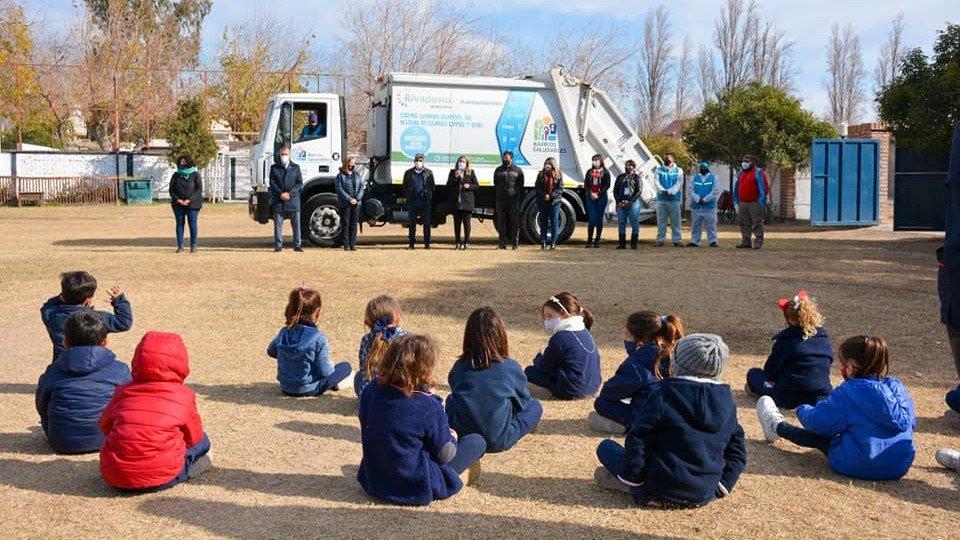 Capacitan en separación de residuos a estudiantes del departamento