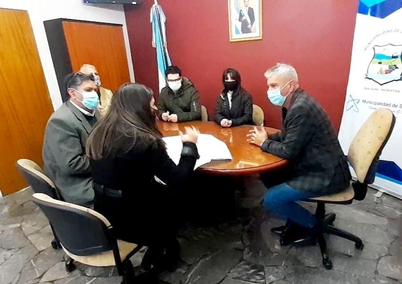 Reunión con el intendente de Sarmiento para dar inicio a Hilar San Juan en el departamento
