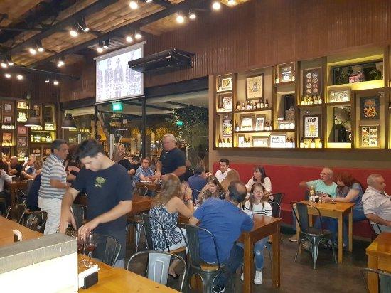 Bares y restaurantes podrán abrir una hora más y tener hasta 6 personas por mesa